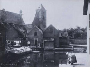 N-11568 Haven(plein) Naaldwijk met de Oude kerk en vrouw wassend klein