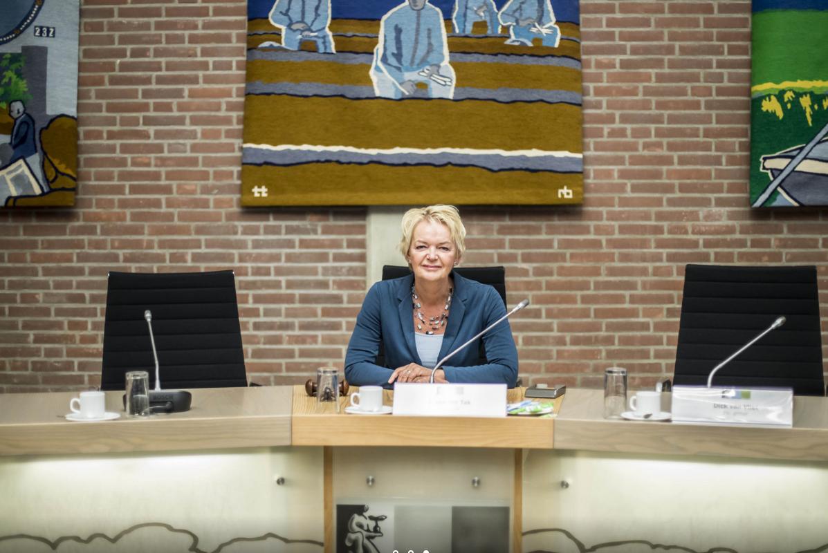 170926 Martha Vollering als voorzitter in de 'oude' raadszaal 's Gravenzande