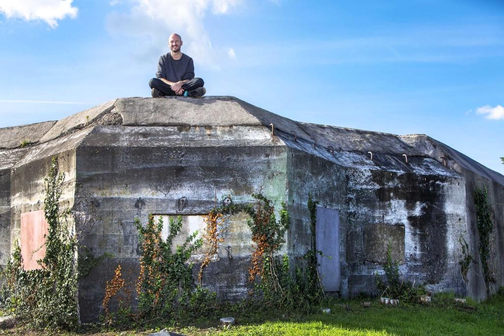 ADHW Ouder Westland Hoek van Holland - Krom - 25-09-2018: Peter De Krom op de bunker waarin een frietkot moet komen. Foto: Jacques Zorgman