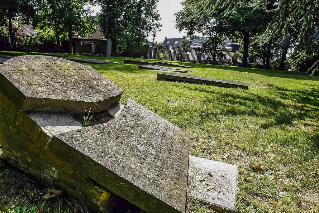190312 Beschadigde grafsteen op het Joodse kerkhof in Naaldwijk