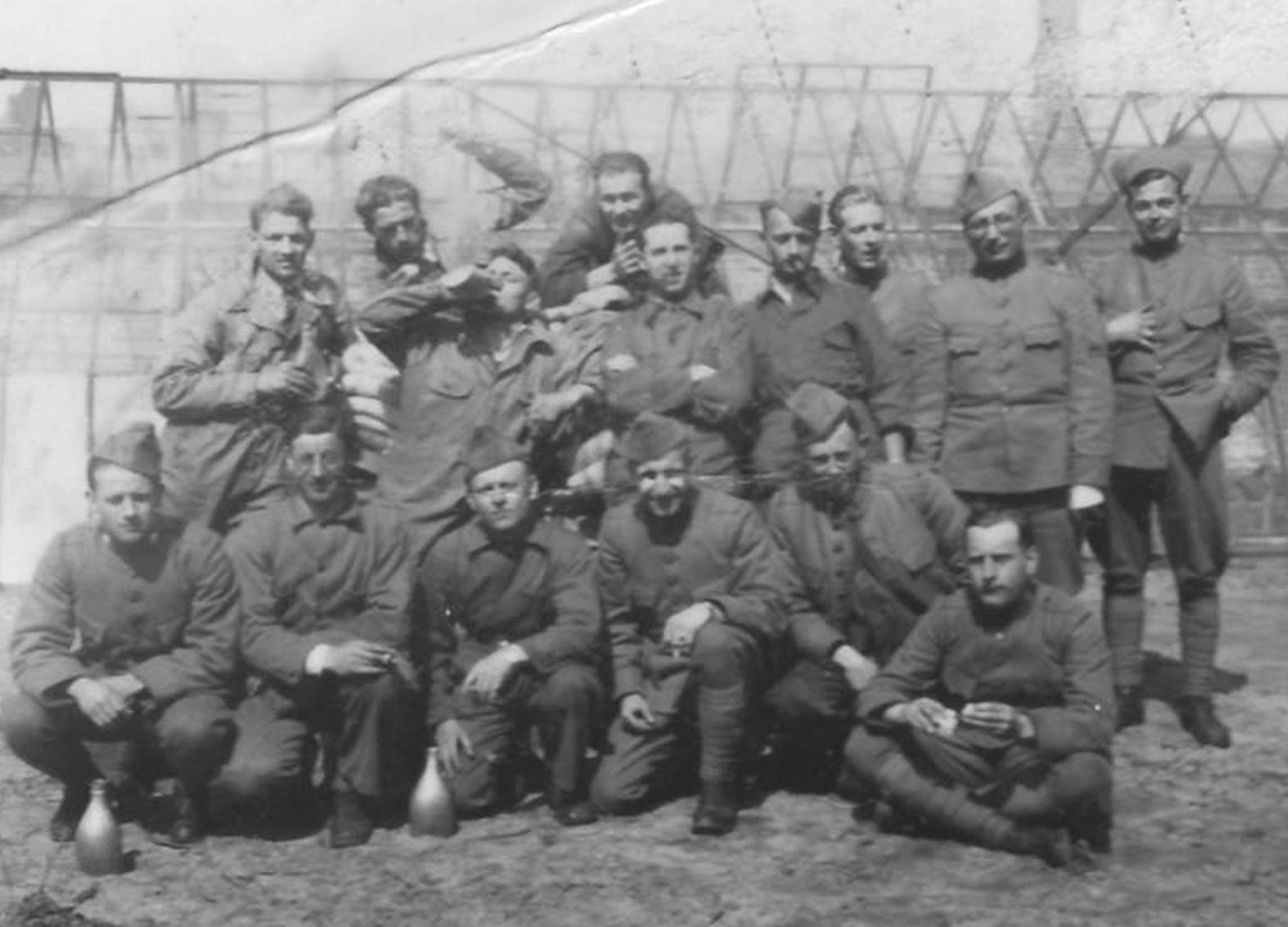 400404 Mobilisatie Jagers s Gravenzande Marinus van den Anker geheel links 2e rij PRIVÉFOTO