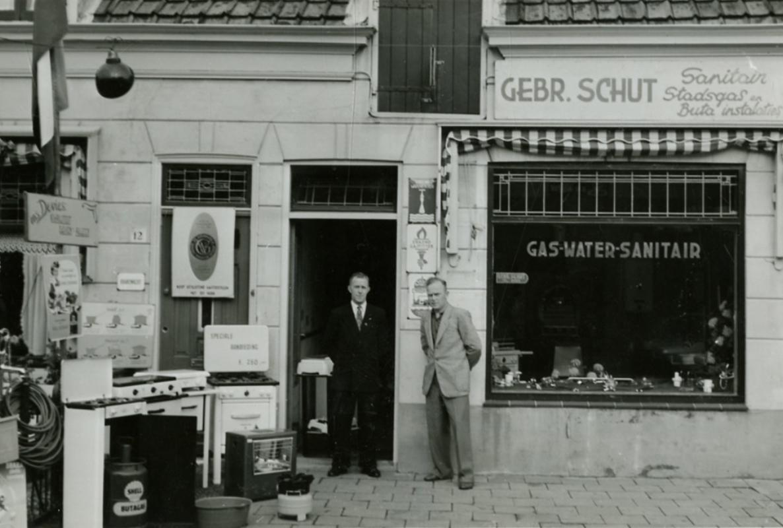 Johan (links) en Sander Schut voor de winkel in de Havenstraat