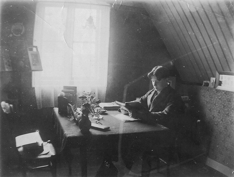 Leonard Roggeveen op zijn zolderkamer 's Gravenzande